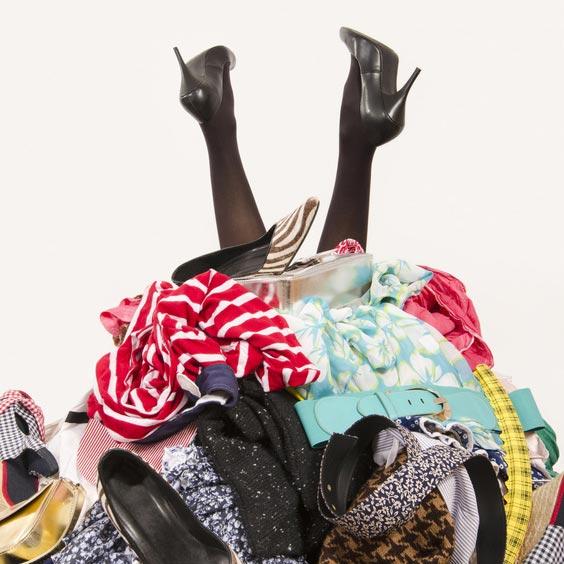 Kleiderhaufen – Fotolia © Luanateutzi