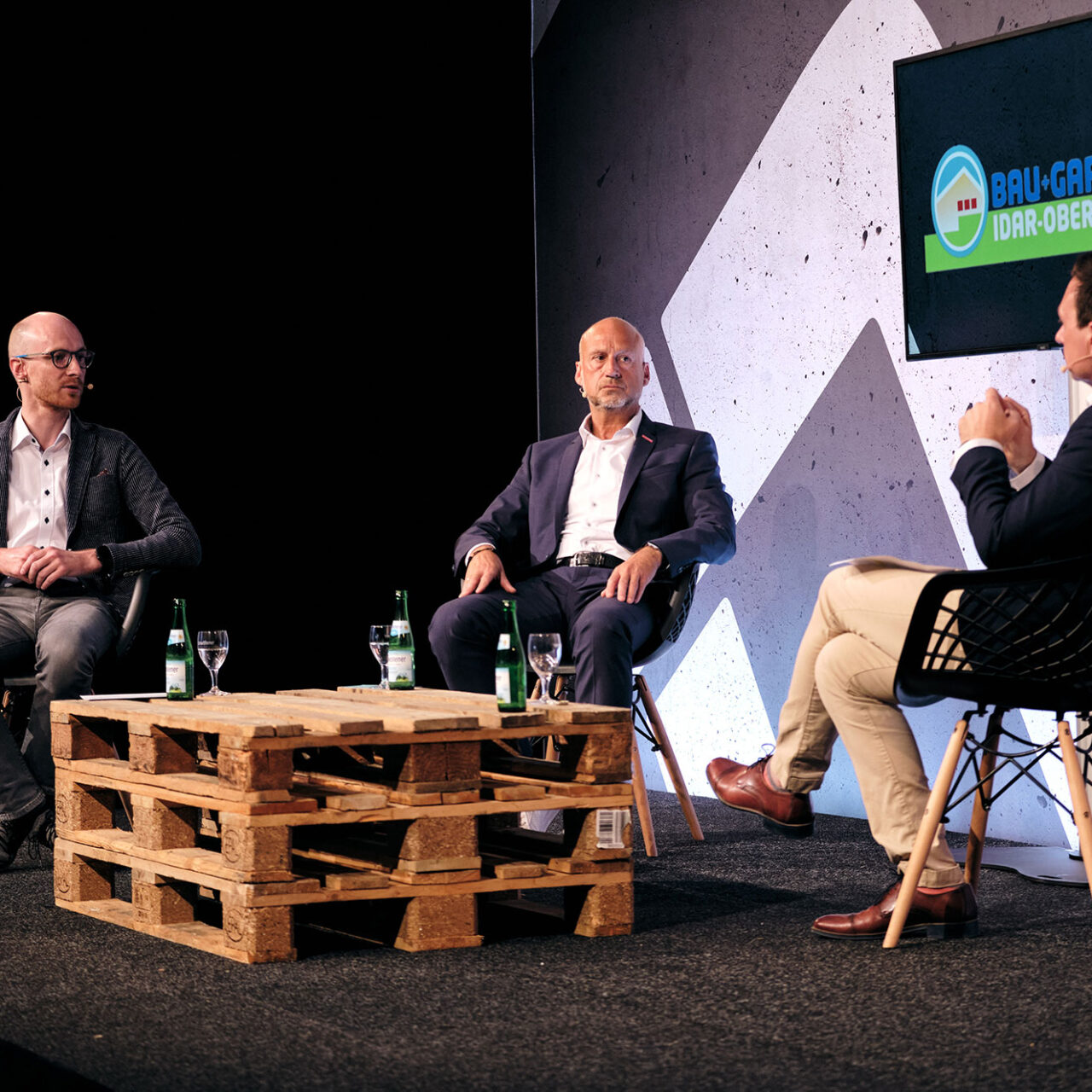BAU+Garten Digital 2021 - Foto © Vincent Dommer 25: Jonas Klein (IHK) Und Michael Fuhr (HWK) Im Gespräch Mit Messechef Mirko Arend (von Links).